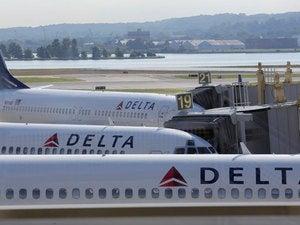 delta airlines planes tarmac