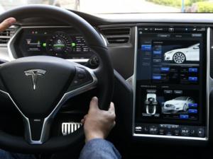 In-vehicle-infotainment tesla
